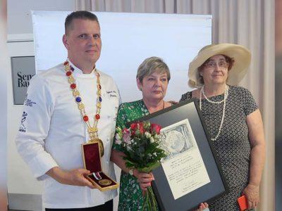 Prestížne ocenenie GURMAN AWARD GRAND PRIX 2018 – cena za celoživotné dielo 2020 bolo udelené hlavnej majsterke odbornej výchovy na Hotelovej  akadémii  Mikovíního 1. v Bratislave pani Valérii Pluhárovej